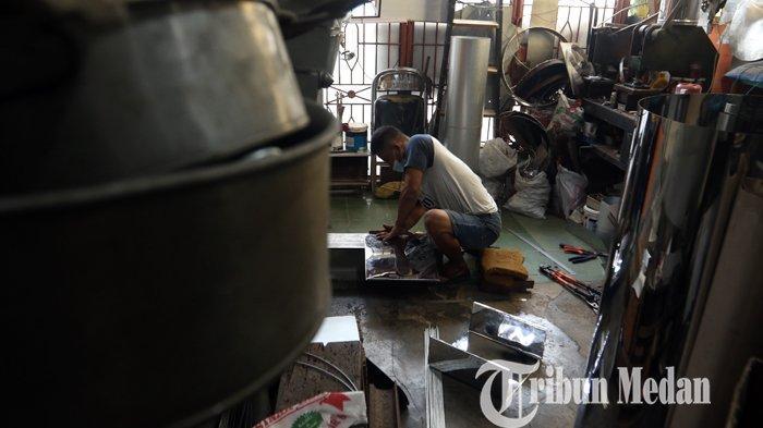 Perajin menyelesaikan pembuatan cetakan kue pesanan di industri rumahan, di Medan, Kamis (10/12/2020). Di masa pandemi Covid-19, permintaan kerajinan berbahan aluminium seperti cetakan dan oven kue mulai meningkat yang dijual mulai dari Rp. 8.000 hingga 2 juta rupiah per buah.