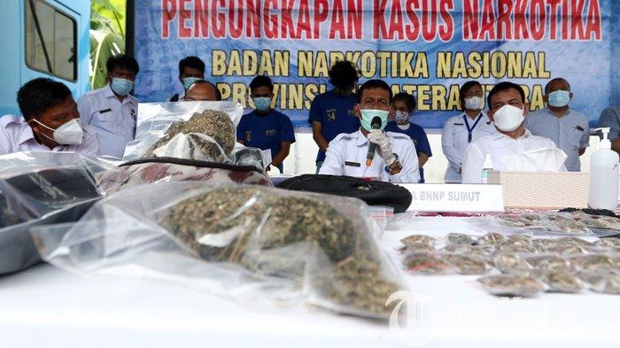 Kepala BNNP Sumut Brigjen Pol Toga Panjaitan (tengah) memberikan keterangan terkait penangkapan narkoba saat gelar kasus di kantor BNNP Sumut, Deliserdang, Senin (11/10/2021). BBNP Sumut melakukan kerja sama dengan pihak Universitas Sumatera Utara (USU) berhasil menangkap 31 orang pengguna narkoba, 14 orang diantaranya mahasiswa dan mengamankan barang bukti ganja kering seberat 508,6 gram.