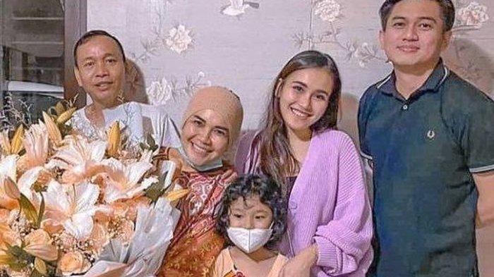 Keluarga Ayu Ting Ting saat bareng Adit Jayusman.