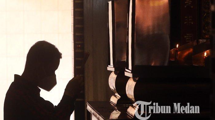Warga keturunan Tionghoa bersembahyang di Vihara Gunung Timur, Medan, Jumat (12/2/2021). Pengurus vihara menerapkan protokol kesehatan Covid-19 yang ketat terhadap warga yang bersembahyang saat perayaan Tahun Baru Imlek 2572.