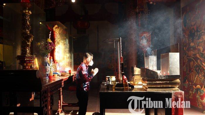 Berita Foto: Warga Patuhi Protokol Kesehatan saat Sembahyang Perayaan Imlek di Vihara Gunung Timur