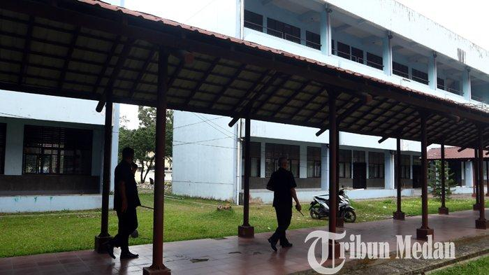 Petugas keamanan Universitas Sumatera Utara (USU) meninjau lokasi pascapenangkapan peredaran narkoba di Fakultas Ilmu Budaya (FIB) USU, Medan, Selasa (12/10/2021). Terkait peredaran narkoba di kampus, pihak USU melakukan pengaduan ke BNNP Sumut untuk melakukan penggerebekan.