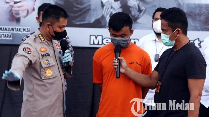 Kadiv Humas Polda Sumut Kombes Pol Hadi Wahyudi (kiri) menginterogasi tersangka ASS (tengah) saat gelar kasus pembunuhan, di Mapolda Sumut, Medan, Rabu (13/10/2021). Ditreskrimum Polda Sumut bersama Satreskrim Polrestabes Medan berhasil menangkap ASS (30) di Provinsi Aceh ketika mencoba melarikan diri setelah membunuh pasangan sejenisnya di Hotel Hawai karena sakit hati.