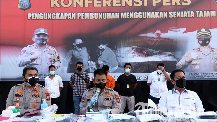 Kadiv Humas Polda Sumut Kombes Pol Hadi Wahyudi (tengah) bersama Kapolrestabes Medan Kombes Pol Riko Sunarko (kiri) dan Direskrimum Polda Sumut Kombes Pol Tatan Dirsan Atmaja memberikan keterangan saat gelar kasus pembunuhan, di Mapolda Sumut, Medan, Rabu (13/10/2021). Ditreskrimum Polda Sumut bersama Satreskrim Polrestabes Medan berhasil menangkap ASS (30) di Provinsi Aceh ketika mencoba melarikan diri setelah membunuh pasangan sejenisnya di Hotel Hawai karena sakit hati.