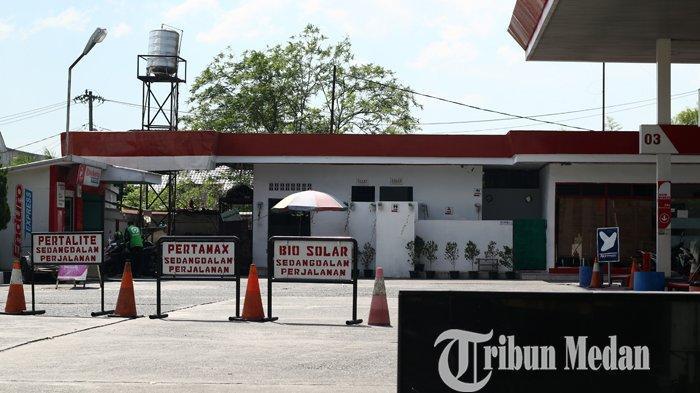 Petugas operator menunggu datanganya pasokan BBM karena kehabisan stok di salah satu SPBU di Jalan Ringroad/Gagak Hitam, Medan, Rabu (13/10/2021). Sejumlah SPBU di Kota Medan terpaksa menunggu pasokan karena mengalami kehabisan stok bahan bakar minyak (BBM).