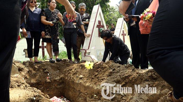Berita Foto: Isak Tangis dan Doa Anggota Keluarga di Pemakaman Sarman Panggabean - 14012020_pemakaman_sarman_panggabean_danil_siregar-3.jpg