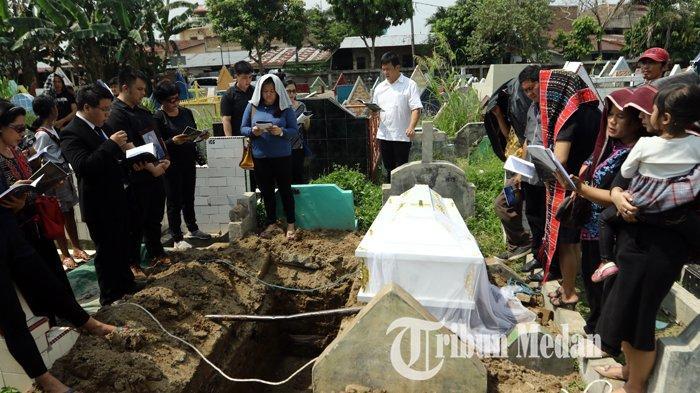 Berita Foto: Isak Tangis dan Doa Anggota Keluarga di Pemakaman Sarman Panggabean - 14012020_pemakaman_sarman_panggabean_danil_siregar-4.jpg