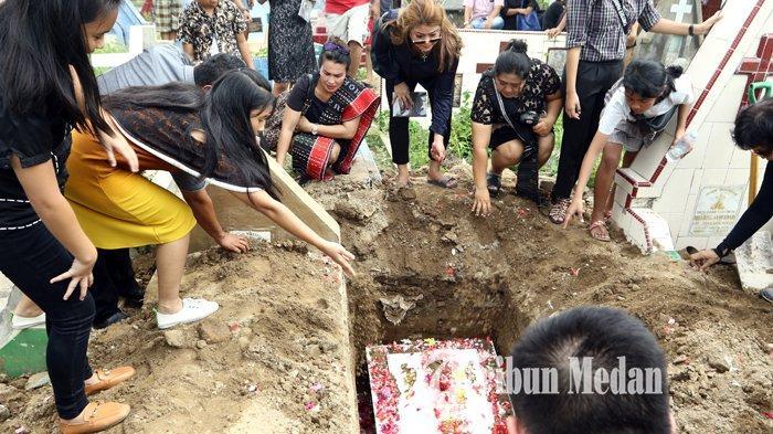 Berita Foto: Isak Tangis dan Doa Anggota Keluarga di Pemakaman Sarman Panggabean - 14012020_pemakaman_sarman_panggabean_danil_siregar.jpg