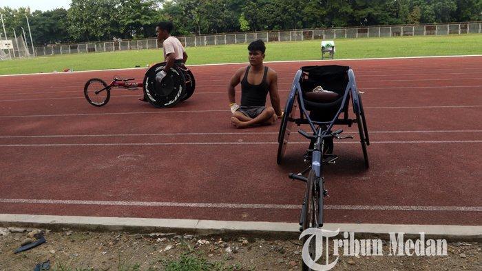 Atlet wheelchair National Paralympic Comitte (NPC) Sumatera Utara berlatih di Stadion Universitas Negeri Medan (Unimed), Selasa (14/9/2021). Latihan rutin tersebut untuk persiapan mengikuti pekan Paralimpik Nasional (Peparnas) XVI Papua yang akan diselenggerakan November 2021 mendatang.