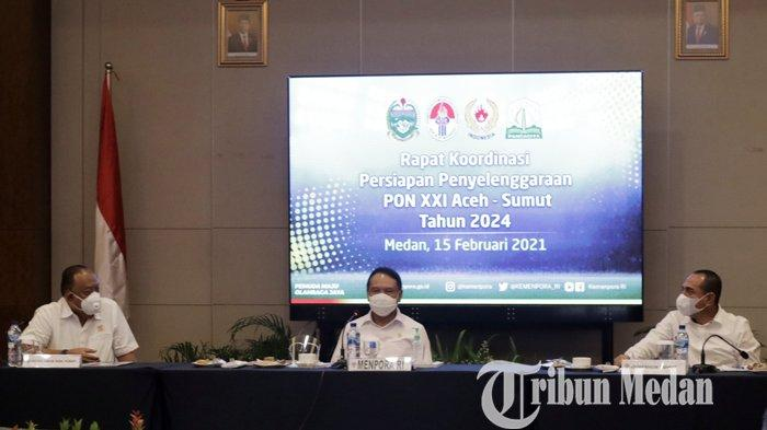 Menpora Zainudin Amali (tengah) didampingi Gubernur Sumut Edy Rahmayadi (kanan), Ketua Umum KONI Pusat Marciano Norman saat mengikuti rapat kordinasi persiapan penyelenggaraan PON, di Medan, Senin (15/2/2021). Dari hasil rapat tersebut, Menpora menilai Sumut-Aceh siap sebagai tuan rumah PON XXI 2024.