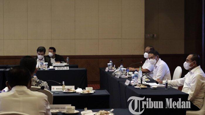 Menpora Zainudin Amali (dua kanan) didampingi Gubernur Sumut Edy Rahmayadi (kanan), Ketua Umum KONI Pusat Marciano Norman saat mengikuti rapat kordinasi persiapan penyelenggaraan PON, di Medan, Senin (15/2/2021). Dari hasil rapat tersebut, Menpora menilai Sumut-Aceh siap sebagai tuan rumah PON XXI 2024.