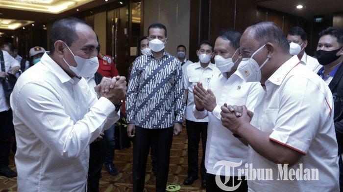 Menpora Zainudin Amali (dua kanan) didampingi Ketua Umum KONI Pusat Marciano Norman (kanan) bersalaman dengan Gubernur Sumut Edy Rahmayadi (kiri) dan Wagub Sumut Musa Rajekshah seusai mengikuti rapat kordinasi persiapan penyelenggaraan PON XXI di Medan, Senin (15/2/2021). Dari hasil rapat tersebut, Menpora menilai Sumut-Aceh siap sebagai tuan rumah PON 2024.