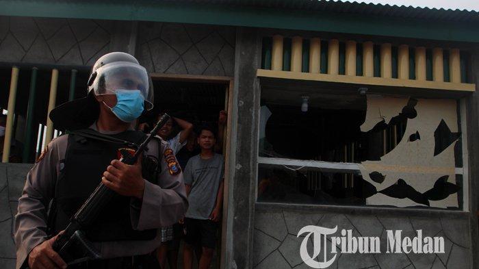 Petugas kepolisian terus melakukan penjagaan pascabentroknya dua organisasi kepemudaan (OKP) di Jalan Cemara Kuta, Deliserdang, Selasa (15/6/2021). Kedua OKP saling berebut lahan seluas 4 hektare di wilayah tersebut, mengakibatkan kerugian bagi masyarakat.