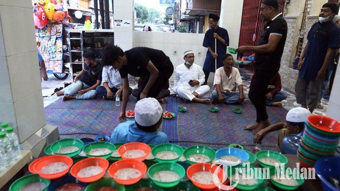 Berita Foto: Sajikan Kembali Tradisi Hidangan Kari Kambing untuk Berbuka di Masjid Taj'ul Madras