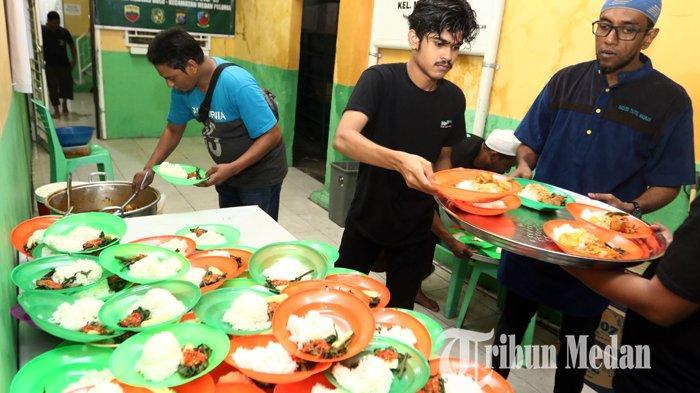 Pengurus Masjid menyiapkan bubur sop India dan kari Kambing yang dilakukan setiap Bulan Ramadan di Masjid Taj'ul Madras, Medan, Jumat (16/4/2021). Sebanyak 120 porsi bubur dan kari yang disajikan untuk warga yang berbuka puasa menjadi tradisi setiap jumat.