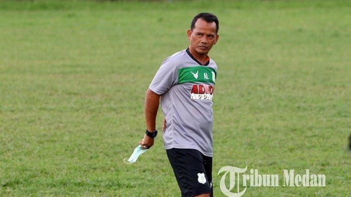 Asisten Pelatih PSMS Medan Ansyari Lubis memimpin latihan skuat Ayam Kinantan di Stadion Kebun Bunga, Medan, Rabu (16/12/2020). PSMS Medan mulai menggelar latihan setelah libur saat pandemi Covid-19.