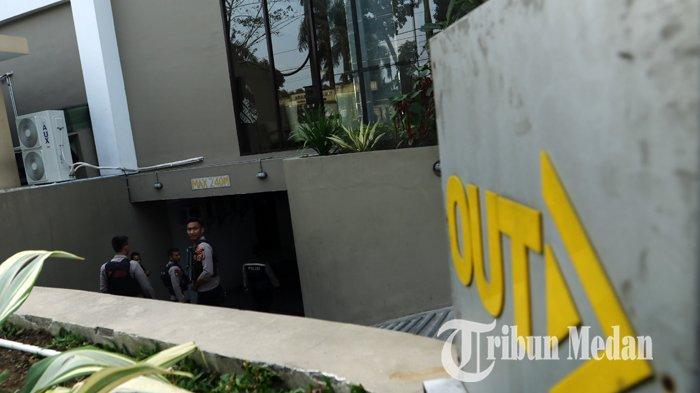 Berita Foto: Polisi Bersenjata Berjaga saat KPK Gelar Rekonstruksi Kasus Suap Dzulmi Eldin di Hotel - 17012020_pengamanan_rekontruksi_kpk_danil_siregar-1.jpg