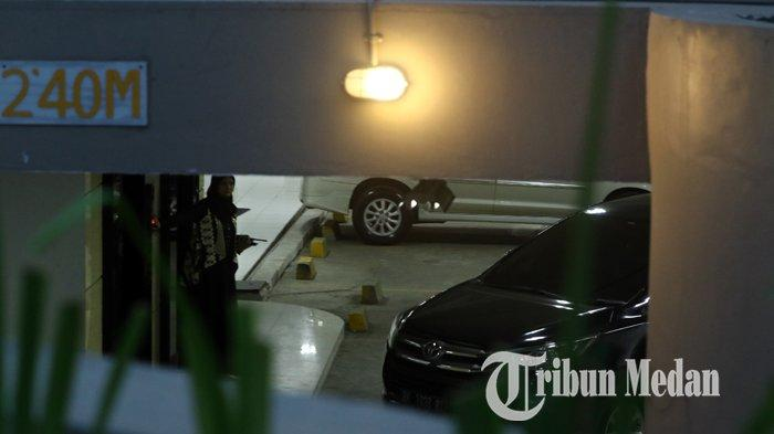 Berita Foto: Polisi Bersenjata Berjaga saat KPK Gelar Rekonstruksi Kasus Suap Dzulmi Eldin di Hotel - 17012020_pengamanan_rekontruksi_kpk_danil_siregar-4.jpg