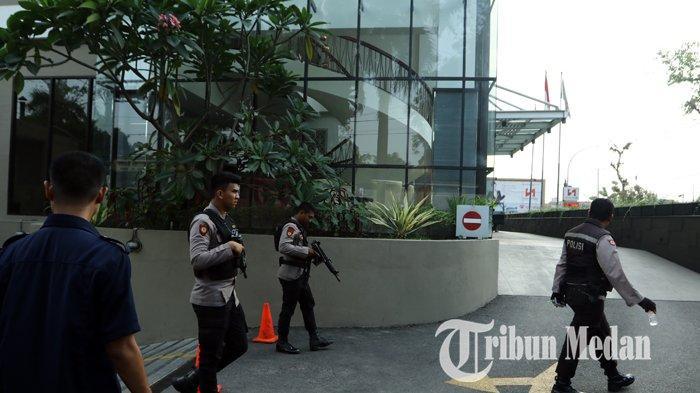 Berita Foto: Polisi Bersenjata Berjaga saat KPK Gelar Rekonstruksi Kasus Suap Dzulmi Eldin di Hotel - 17012020_pengamanan_rekontruksi_kpk_danil_siregar.jpg