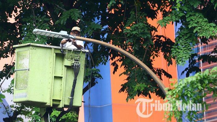 Berita Foto: Dinas Kebersihan dan Pertamanan Memperbaiki Lampu Penerangan Jalan Umum yang Padam - 17072019_perbaikan_lpju_danil_siregar-1.jpg