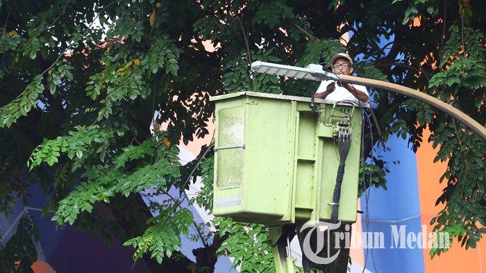 Berita Foto: Dinas Kebersihan dan Pertamanan Memperbaiki Lampu Penerangan Jalan Umum yang Padam - 17072019_perbaikan_lpju_danil_siregar-2.jpg