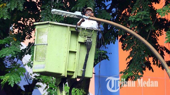 Berita Foto: Dinas Kebersihan dan Pertamanan Memperbaiki Lampu Penerangan Jalan Umum yang Padam - 17072019_perbaikan_lpju_danil_siregar.jpg