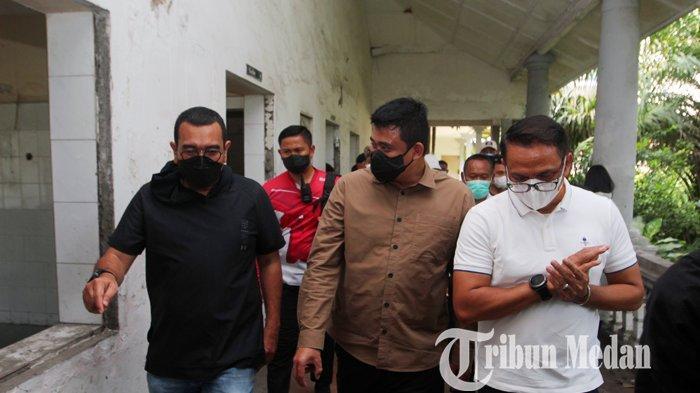 Wali Kota Medan Bobby Nasution (tengah) melakukan tinjauan ke eks RSU Tembakau Deli, Medan, Sabtu (17/7/2021). Pemko Medan berencana akan mengoperasionalkan kembali eks RSU Tembakau Deli untuk dijadikan rumah sakit darurat.