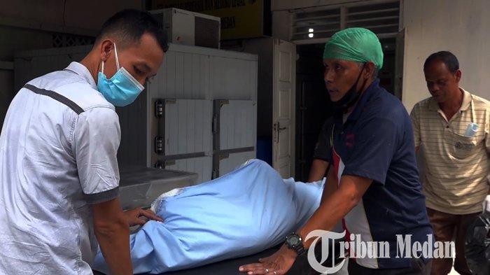 Petugas kesehatan membawa jenazah Mara Salem wartawan online yang tewas ditembak OTK selesai diautopsi di RS Bhayangkara, Medan, Sabtu (19/6/2021). Mara Salem tewas ditemukan tewas 300 meter dari rumahnya yang berada di Pasar 3 Huta Tuju, Nagori Karang Anyer, Kecamatan Gunung Maligas.