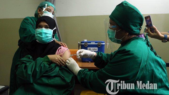 Vaksinator menyuntikkan vaksin Covid-19 Sinovac ke tenaga kesehatan (Nakes) di Rumah Sakit Universitas Sumatera Utara (USU), Medan, Rabu (20/1/2021). Rumah Sakit Universitas Sumatera Utara menerima 354 unit vaksin yang terbagi dua tahap dan diikuti 177 Nakes.