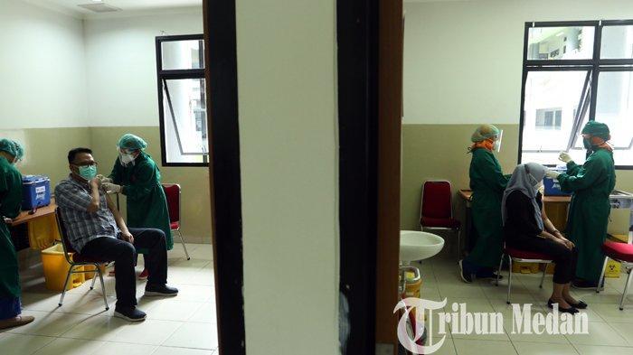 Vaksinator bersiap untuk menyuntikkan vaksin Covid-19 Sinovac ke tenaga kesehatan (Nakes) di Rumah Sakit Universitas Sumatera Utara (USU), Medan, Rabu (20/1/2021). Rumah Sakit Universitas Sumatera Utara menerima 354 unit vaksin yang terbagi dua tahap dan diikuti 177 Nakes.