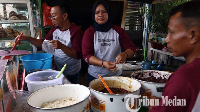 Penjual sedang melayani para pembeli Toge Panyabungan Martondi di Jalan Letda Sujono, Medan, Senin (19/4/2021). Toge Panyabungan merupakan salah satu makanan tradisional khas Panyabungan tersebut banyak digemari warga untuk menu berbuka puasa tersebut dijual dengan harga Rp 13 ribu per bungkus.