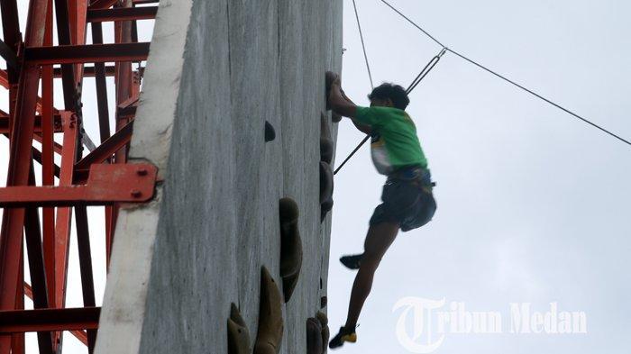 Atlet panjat tebing asal Sumatera Utara Riyan Gordon Sitorus berlatih di Gedung Stadion Mini Pancing, Jalan Williem Iskandar, Deliserdang, Senin (20/9/2021). Riyan Gordon Sitorus merupakan satu-satunya atlet panjat tebing asal Sumut yang akan mengikuti Pekan Olahraga Nasional (PON) XX di Papua pada 2 - 15 Oktober 2021.