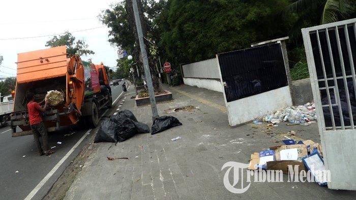 Berita Foto: Petugas Kebersihan Rutin Mengangkut Sampah untuk Menjaga Kebersihan dan Keindahan Kota - 21012020_mengangkut_sampah_danil_siregar-1.jpg