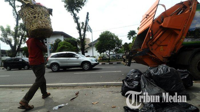 Berita Foto: Petugas Kebersihan Rutin Mengangkut Sampah untuk Menjaga Kebersihan dan Keindahan Kota - 21012020_mengangkut_sampah_danil_siregar-2.jpg