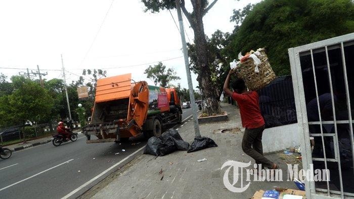 Berita Foto: Petugas Kebersihan Rutin Mengangkut Sampah untuk Menjaga Kebersihan dan Keindahan Kota - 21012020_mengangkut_sampah_danil_siregar-3.jpg