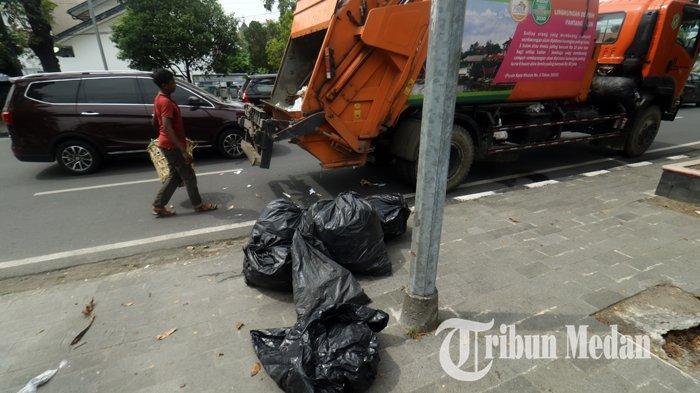 Berita Foto: Petugas Kebersihan Rutin Mengangkut Sampah untuk Menjaga Kebersihan dan Keindahan Kota - 21012020_mengangkut_sampah_danil_siregar.jpg