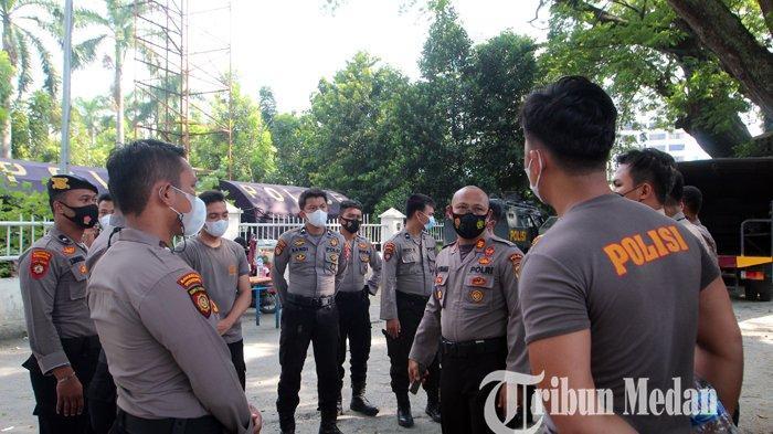 Prajurit Bawah Operasi Kendali (BKO) Polda Sumut saat diberangkatkan ke Belawan terkait tawuran, di Lapangan Merdeka, Medan, Rabu (21/7/2021). Sebanyak satu kompi personel Polda Sumut BKO tugas pengamanan di Belawan, untuk mengantisipasi terjadi tawuran lanjutan.