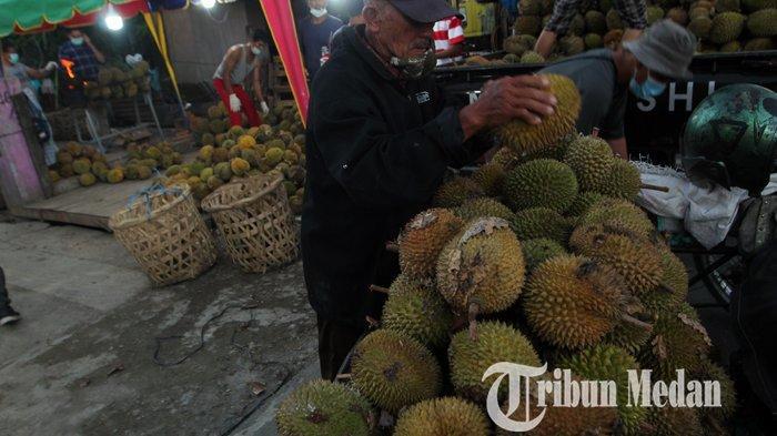 Pekerja memilih buah durian yang belum dibakar untuk disajikan kepada pembeli di warungnya Indo Durian 2, di Jalan Bromo Ujung, Medan, Sabtu (21/8/2021). Durian bakar tersebut mulai banyak diminati warga Medan dengan harga Rp 40 ribu hingga Rp 50 ribu per buah.