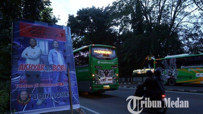Berita Foto: Baliho Unik Debat Panas Pilkada 2020, Akhyar-Bobi jadi Perhatian Warga yang Melintas