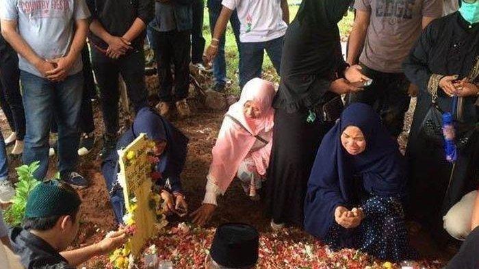 Saphira Indah dimakamkan -
