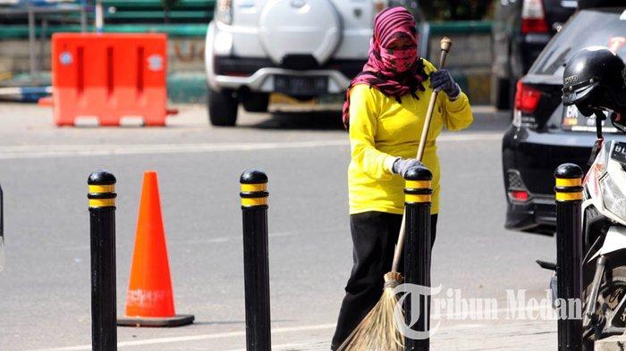 Berita Foto: Perlu Dukungan Masyarakat Agar Kota Medan Bersih dari Sampah - 23012020_membersihkan_sampah_danil_siregar-2.jpg