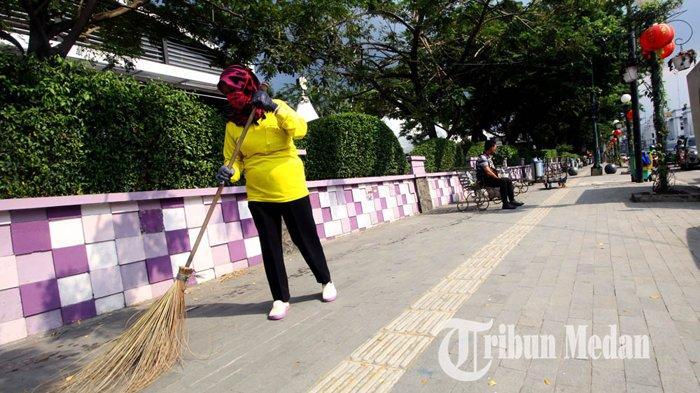 Berita Foto: Perlu Dukungan Masyarakat Agar Kota Medan Bersih dari Sampah - 23012020_membersihkan_sampah_danil_siregar-3.jpg