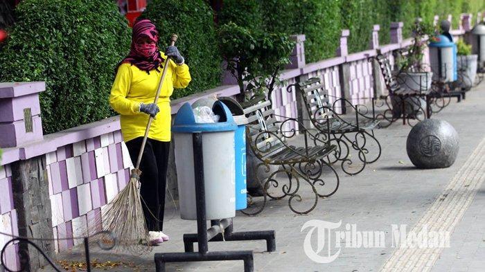 Berita Foto: Perlu Dukungan Masyarakat Agar Kota Medan Bersih dari Sampah - 23012020_membersihkan_sampah_danil_siregar.jpg