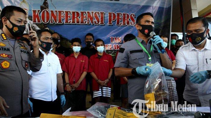 Dirreskrimum Polda Sumut Kombes Irwan Anwar (dua kanan) memberikan keterangan saat gelar kasus pembunuhan, di Mapolda Sumut, Medan, Rabu (23/9/2020). Kepolisian setempat berhasil menangkap tujuh orang pelaku pembunuhan Jefri Wijaya alias Asiong, seorang diantaranya merupakan oknum TNI.