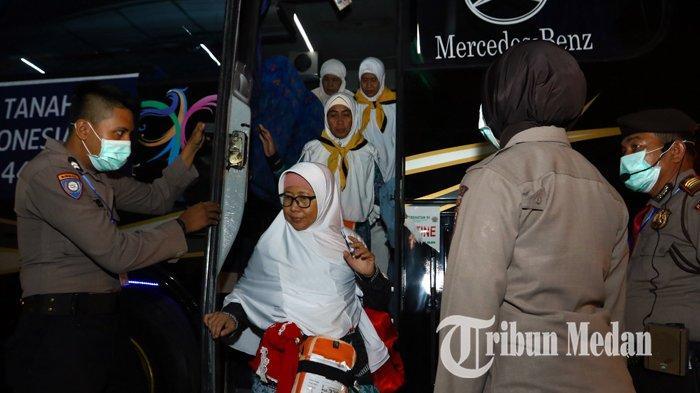 Berita Foto: Rombongan Jemaah Haji Kloter Pertama Tiba di Debarkasi Asrama Haji Medan - 24082019_kedatangan_jemaah_haji_kloter_pertama_danil_siregar.jpg