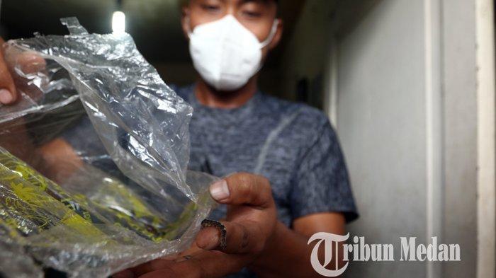 Berita Foto: Warga Taburi Garam di Depan Pintu, Halau Serbuan Ulat Agar Tak Masuk ke Dalam Rumah