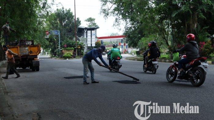 Berita Foto: Tambal Sulam Jalan yang Berlubang Demi Kenyamanan Para Pengendara