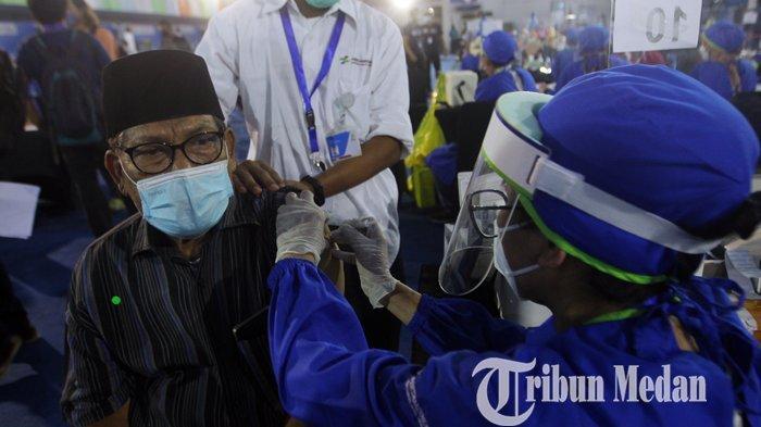 Pensiunan pegawai BUMN mengikuti vaksinasi Covid-19 lansia di Lanud Soewondo, Medan, Sabtu (26/6/2021). Program vaksinasi massal bersama BUMN ini diharapkan dapat meningkatkan percepatan vaksinasi Covid-19 di Provinsi Sumatera Utara, dengan target sebanyak 5.000 orang per hari.