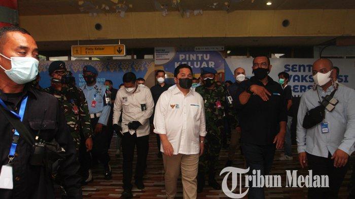 Menteri BUMN Erick Thohir (tengah) meninjau sekaligus meresmikan Sentra Vaksinasi Bersama BUMN di Lanud Soewondo, Medan, Sabtu (26/6/2021). Program vaksinasi massal bersama BUMN ini diharapkan dapat meningkatkan percepatan vaksinasi Covid-19 di Provinsi Sumatera Utara, dengan target sebanyak 5.000 orang per hari.