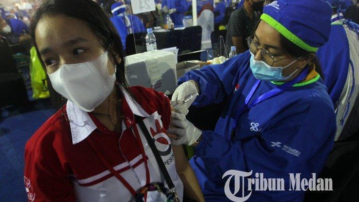 Pegawai BUMN mengikuti vaksinasi Covid-19 di Lanud Soewondo, Medan, Sabtu (26/6/2021). Program vaksinasi massal bersama BUMN ini diharapkan dapat meningkatkan percepatan vaksinasi Covid-19 di Provinsi Sumatera Utara, dengan target sebanyak 5.000 orang per hari.